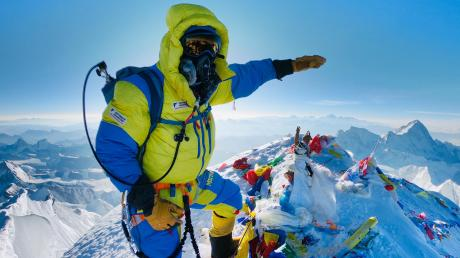 Auf dem Dach der Welt: Am 24. Mai erreichte der Füssener Extrem-Alpinist und Bergführer mit einer siebenköpfigen Gruppe den Gipfel des 8848 Meter hohen Mount Everest. Sein Weg dorthin führte vorbei an acht leblosen Körpern, eine Frau war erst einen Tag vorher am Everest gestorben.