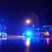 Fahrzeuge der Virginia State Police blockieren eine Straße nahe des Gebäudes. Foto: Liu Jie/XinHua
