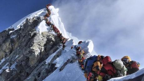 In jeder Saison versuchen Hunderte Bergsteiger, den Gipfel des Mount Everest zu erklimmen.