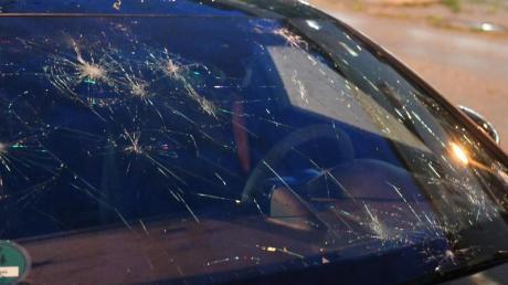Heftige Hagelschauer haben in Teilen Bayerns Autoscheiben beschädigt, wie hier in Germering.