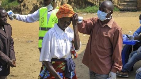 Am Grenzübergang Kasindi zwischen dem Kongo und Uganda wird die Körpertemperatur von Passanten gemessen. Nach Bekanntwerden der ersten aus dem Kongo eingeschleppten Ebola-Erkrankungen ins benachbarte Uganda war am Tag zuvor ein fünfjähriger Junge gestorben.