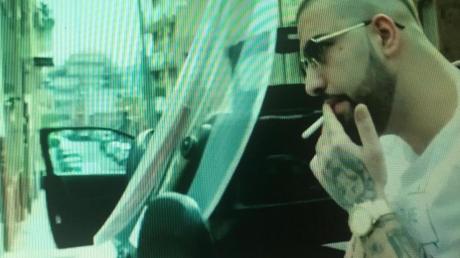 Niko Pandetta, wie er sich selbst gerne sieht: Cool, Kippe, Pistolen-Tattoo. Sein Onkel sitzt seit 1992 wegen mehrfachen Mordes in einem Hochsicherheitsgefängnis auf Sardinien ein.
