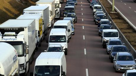 Auf mehrspurigen Straßen zwischen der linken und denn rechten Spuren: So bildet man richtig eine Rettungsgasse.