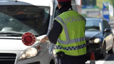 Österreichische Polizisten kontrollieren Fahrzeuge am Brennerpass. Foto: Angelika Warmuth