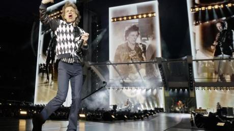 Beim Tourauftakt in Chicago tänzelte Mick Jagger wie eh und je über die Bühne.