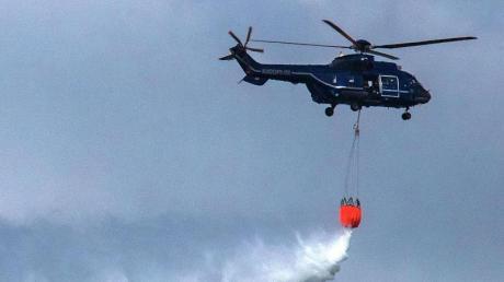 Beim Waldbrand bei Lübtheen kommen auch Hubschrauber der Bundespolizei wie dieser hier zum Einsatz.