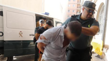 Ein Verdächtiger wird von der Guardia Civil ins Gericht in Palma de Mallorca geführt.