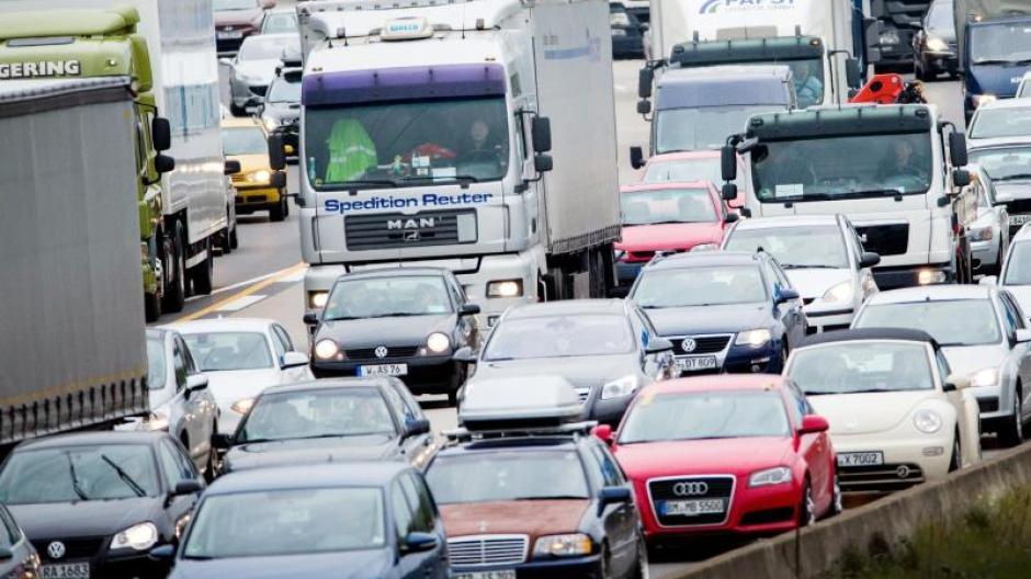 Viele Urlauber greifen auf das Auto zurück. Auf der Autobahn A3 bei Köln staut es sich. Foto: Rolf Vennenbernd/Illustration