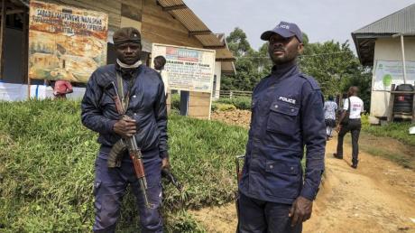 Kongolesische Polizisten bewachen ein Gesundheitszentrum, in dem Ebola-Impfungen stattfinden (Archiv).