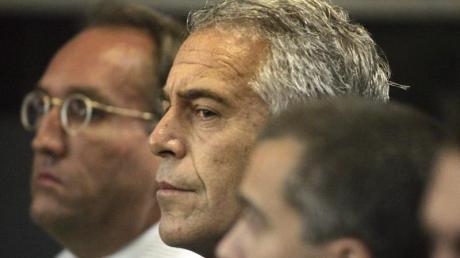 Die New Yorker Staatsanwaltschaft hatte in der vergangenen Woche neue Vorwürfe gegen Jeffrey Epstein (M) erhoben. Foto: Uma Sanghvi/Palm Beach Post/AP