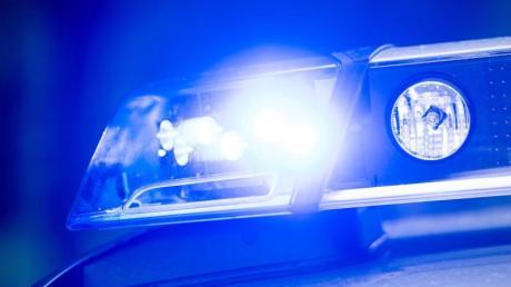 Ein Blaulicht leuchtet an einer Polizeistreife. Foto: Lino Mirgeler/Archiv