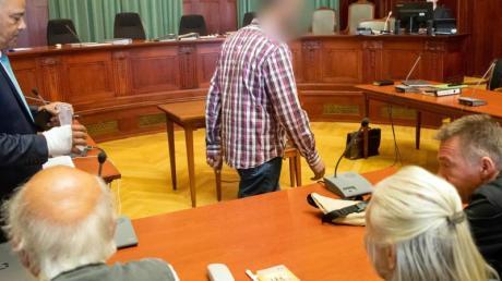 Der wegen Mordes angeklagte Marokkaner (M.) betritt den Gerichtssaal. Im Vordergrund sitzen Andreas Lösche (r.), Bruder der ermordeten Tramperin Sophia Lösche, mit seinen Eltern.