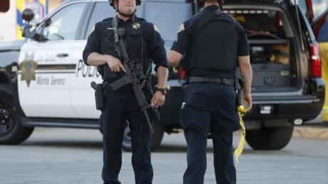 Polizisten sichern den Tatort in der Stadt Gilroy südlich von San Francisco. Foto: Nhat V. Meyer/San Jose Mercury News/AP