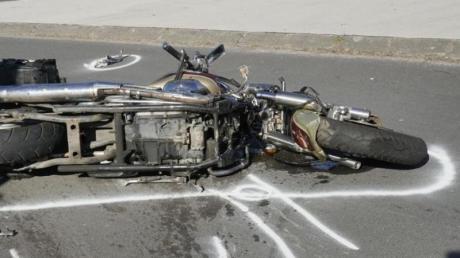 Ein Motorrad liegt nach einem Unfall auf der Straße. Die Gefahr, bei einem Unfall zu sterben, ist auf zwei Rädern 20 Mal höher als im Auto. Foto:Nord-West-Media TV