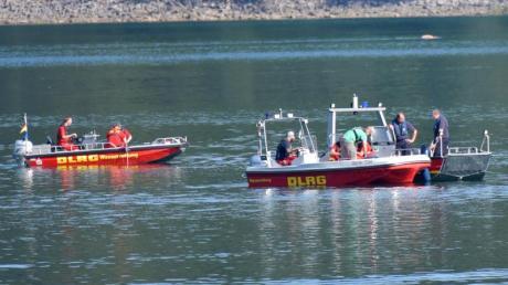 Einsatzkräfte der Feuerwehr und der DLRG suchen im Biggesee nach einem vermissten Mann.