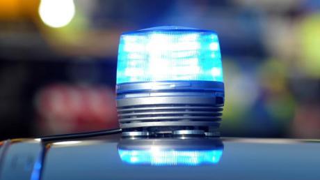 Das Blaulicht eines Streifenwagens der Polizei leuchtet. Foto: Stefan Puchner/Archiv