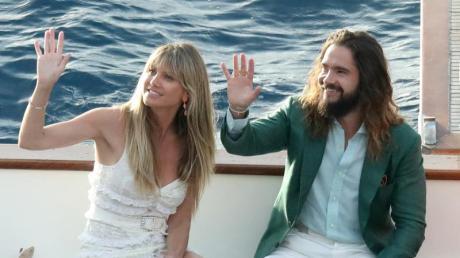 Hochzeitsglocken läuten: Am Samstag gaben sich Heidi Klum und Bill Kaulitz angeblich auf einer Yacht vor Capri das Eheversprechen - ganz in weiß. Hier schippern sie am Vorabend übers Wasser.
