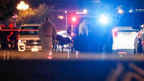 Nach dem Blutbad in Dayton werden die Leichen der Opfer abtransportiert. Foto: John Minchillo/AP