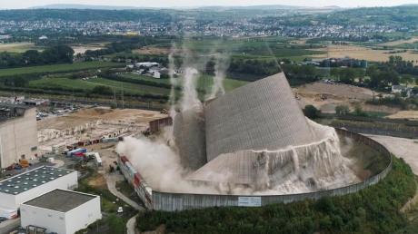 Der Kühlturms des Kernkraftwerks Mülheim-Kärlich stürzt kontrolliert zusammen, nachdem Bagger nacheinander die Stützen entfernt haben.