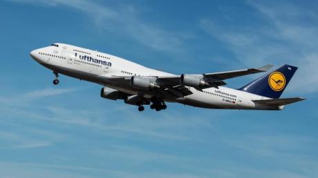 Boeing 747 der Lufthansa im Landeanflug auf Frankfurt.