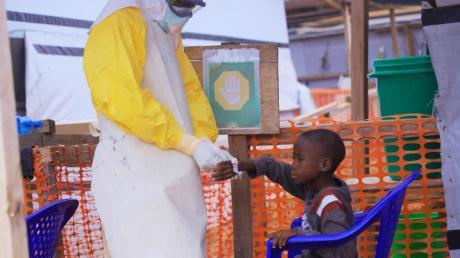 Ein Pfleger versorgt ein Kind, bei dem Verdacht auf Ebola besteht. In Ost-Kongo breitet sich der gefährliche Ebola-Virus weiter aus. Foto: Kitsa Musayi