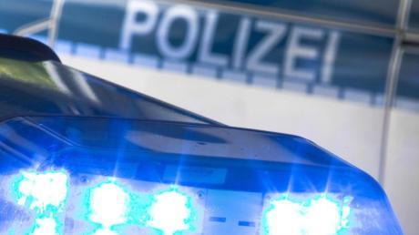 Ein Blaulicht auf dem Dach eines Polizeiwagens. Foto: Friso Gentsch/Archiv