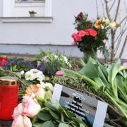 Kerzen und Blumen im März vor dem Haus, in dem das Opfer gefunden wurde. Foto: Stefan Sauer