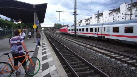 Heftige Gewitter sind am Sonntag über Teile Mittel- und Süddeutschlands hinweggezogen. Zwischen Mannheim und Frankfurt war nach einem Unwetter zeitweilig kein Zugverkehr möglich.