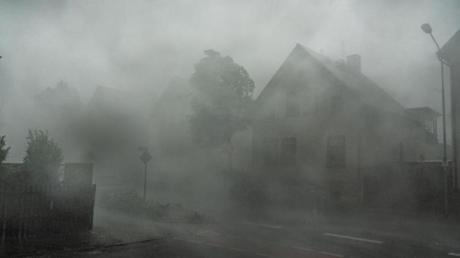 Nichts mehr zu sehen: Ein starkes Gewitter mit Sturmböen zieht durch die Straßen der südhessischen Stadt Langen.