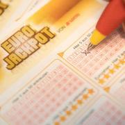Eine Kundin füllt einen Eurojackpot-Lotterie-Schein aus. Foto: Fabian Sommer/Archiv