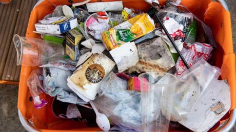 Inhalt einer Straßenmülltonne mit zahlreichen Verpackungen, Einwegbechern und Restmüll. Foto: Bernd von Jutrczenka