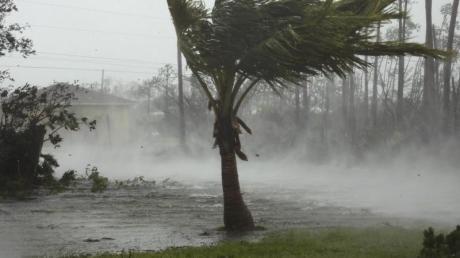 Sturmböen von Hurrikan «Dorian» wirbeln Wasser von der Oberfläche eines Kanals auf den Bahamas auf. Foto: Tim Aylen/AP