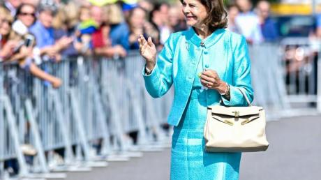 Königin Silvia von Schweden begrüßt Zuschauer vor dem Musiktheater Rex bei einer Feierstunde zur Verleihung des Karl Kübel Preises.