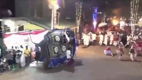 """Das Video-Standbild von """"Derana Television"""" zeigt einen Elefanten, der bei einem buddistischen Umzug plötzlich in eine Menschenmenge läuft. Mindestens 17 Menschen wurden verletzt."""