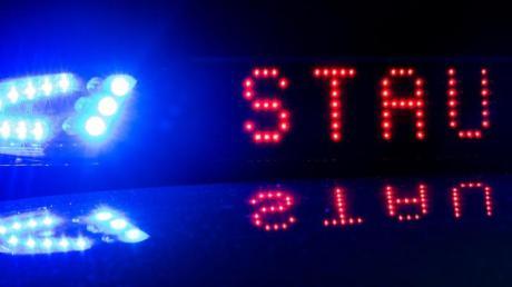 Die Polizei warnt mit einer Anzeige vor Stau.