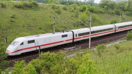 Ein ICE auf der Strecke Hannover-Göttingen. Foto: Julian Stratenschulte
