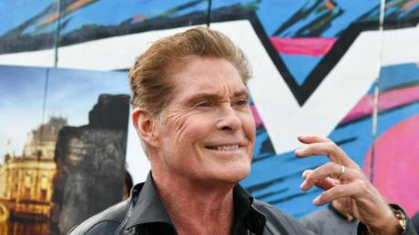 David Hasselhoff vor der East Side Gallery. Foto: Jens Kalaene