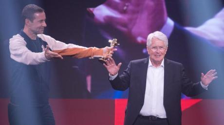 Bester Newcomer? Moderator Frank Elstner (r.), immerhin schon 77 Jahre alt, bekommt von Kai Pflaume den YouTube Goldene Kamera Digital Award in der Kategorie «Bester Newcomer».