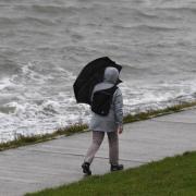 Ein Tiefdruckgebiet bringt starke Sturmböen nach Bayern. Es kommt auch zu Graupelschauern und Schnee.