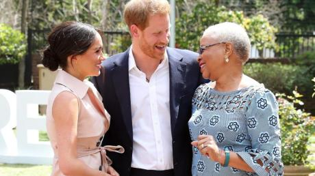 Prinz Harry (M) und seine Frau Meghan (l) treffen am letzten Tag ihrer Afrikareise Graca Machel (r), die Witwe des früheren südafrikanischen Präsidenten Nelson Mandela. Foto: Chris Jackson/PA Wire/dpa