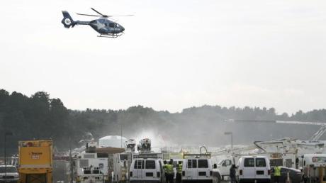 Ein Rettungshubschrauber fliegt über dem Absturzort des B-17-Bombers am Bradley International Airport. Bei dem Unglück sind mindestens 14 Menschen verletzt worden.