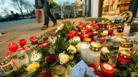 In Kandel erinnern im Dezember 2017 Blumen und Kerzen an die ermordete Mia. Foto: Andreas Arnold/dpa