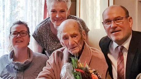 Gustav Gerneth (M) feiert mit Familienangehörigen und Havelbergs Bürgermeister Bernd Poloski seinen 114. Geburtstag. Foto: ---/Stadt Havbelberg/dpa