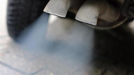 Abgase strömen aus dem Auspuff eines Fahrzeuges mit Dieselmotor. Foto: Jan Woitas/zb/dpa