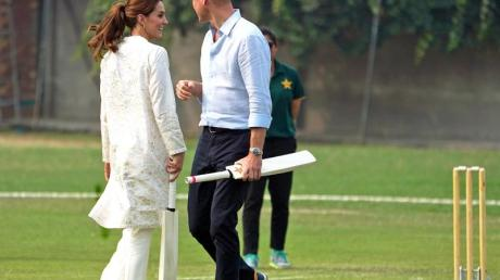 William und Kate haben Spaß beim Cricket.