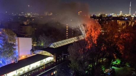 Nach Feuerwehrangaben brannte in dem Sonderzug ein Waggon «in voller Ausdehnung». Foto: ---/dpa