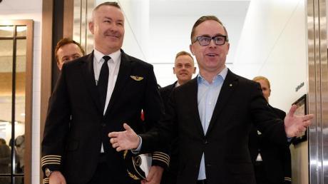 Kapitän Sean Golding (l) und Qantas-CEO Alan Joyce nach der Landung am Sydney International Airport an. Für den Nonstop-Flug von New York nach Sydney brauchten sie 19 Stunden und 16 Minuten. Foto: Bianca De Marchi/AAP/dpa