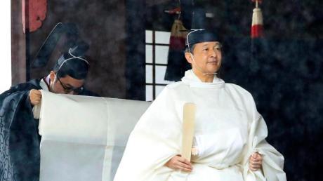 Japans Kaiser Naruhito pilgert in die heiligen Schreine. Foto: Uncredited/Kyodo News/AP/dpa