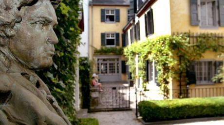 Eine Büste Ludwig van Beethovens im Garten des Beethoven-Geburtshauses. Foto: Felix Heyder/dpa