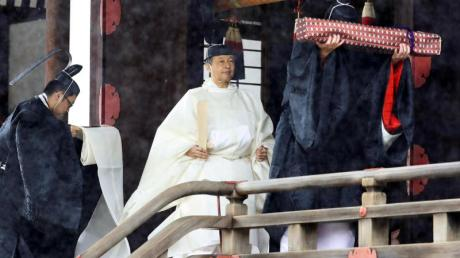 Nach dem Gebet verlässt Kaiser Naruhito den heiligen Schrein «Kashikodokoro». Foto: Kyodo News/AP/dpa